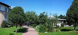 Vorderansicht vom Haus Waldeck mit seinen Grünanlagen dem weg zum Rundbau des Pflegebereiches und dem Pavillon.